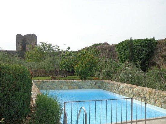 Hotel Monteriggioni: Der Pool mit Blick auf Stadtmauer