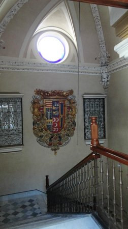 Hotel Palacio de Villapanes: Escaleras con escudo de armas, hacia la planta baja