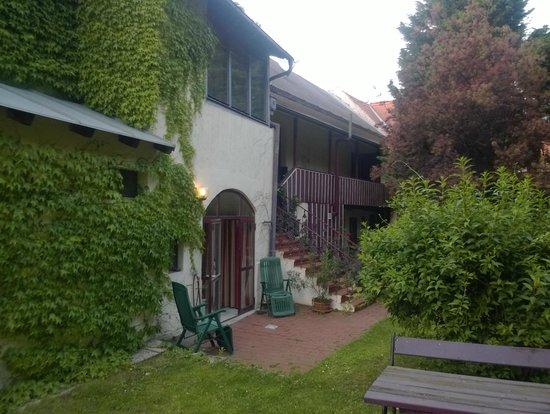 Gasthof Zum Goldenen Anker: Backyard/garden