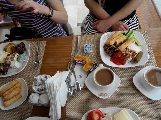 The Q-Inn Hotel Istanbul: завтрак