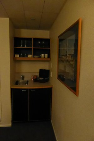 West Plaza Hotel: Suite Kitchenette