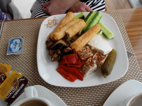 The Q-Inn Hotel Istanbul: завтрак - овощи, несколько видов сыра, тешенные овощи, блины.