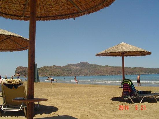 Amalthia Beach Resort : Strandbereich mit Service