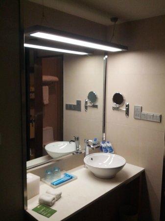 Aloft Zhengzhou Shangjie Hotel: Bathroom