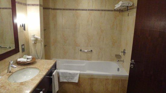 Khalidiya Palace Rayhaan by Rotana : ванная комната
