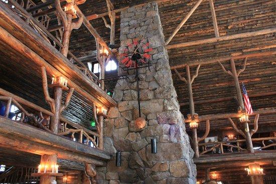 Old Faithful Inn: Inside hotel