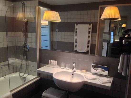 Radisson Blu Hotel, Zurich Airport: Barhroom