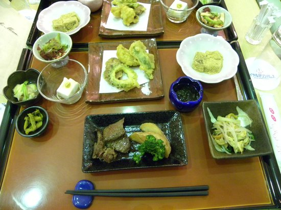 Royal Marine Palace: 郷土料理の夕食