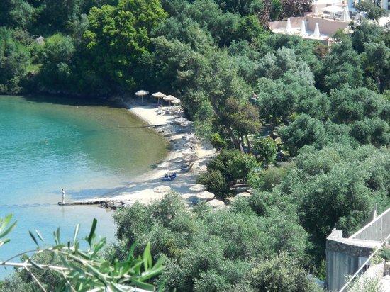 Grecotel Eva Palace: Strand vanop heuvel