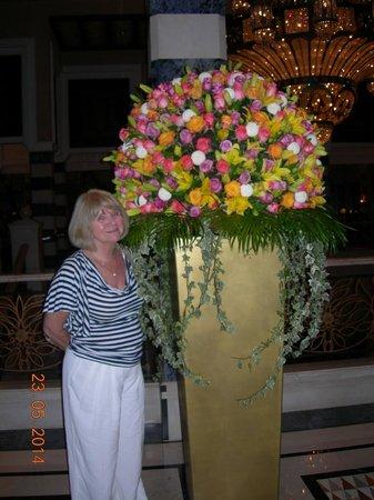 Jumeirah Al Qasr at Madinat Jumeirah: Flower arrangement at the hotel lobby