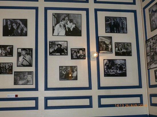"""Différents tableaux au mur au restaurant """"les Fontaines"""""""