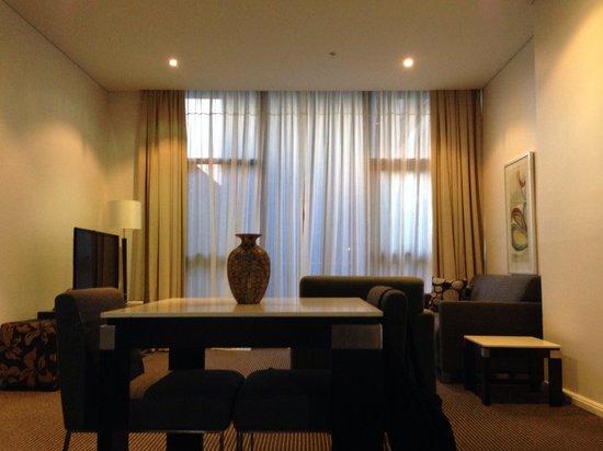 Meriton Suites Campbell Street, Sydney: Lounge/dining