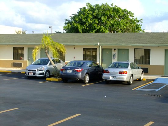Budget Host Inn: Front view