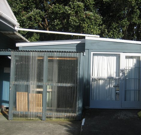 "Dolphin Lodge Backpackers: This is the twin room not ""in"" the main buidling. It is a converted garage.  It is not far but t"