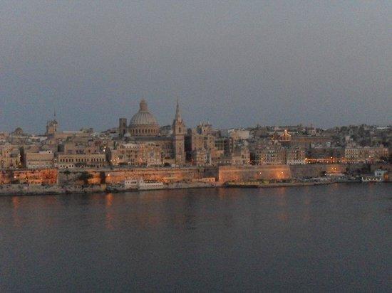 Hotel Fortina: Valletta on dusk from the balcony