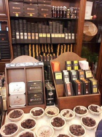 Antica Dolceria Bonajuto: Cioccolato e ciotole con i vari gusti che si può assaggiare