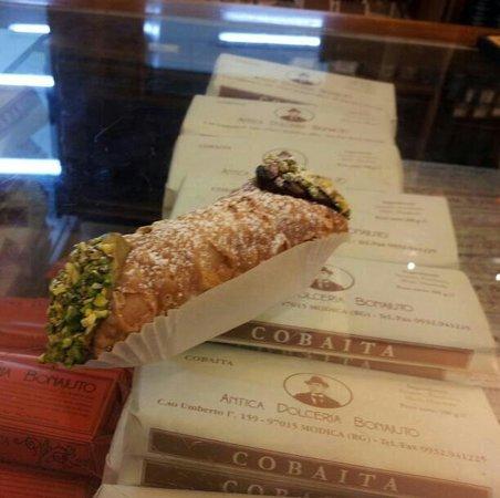 Antica Dolceria Bonajuto: Il mio pranzo.. Cannolo metà pistacchio e metà cioccolato.. Favoloso