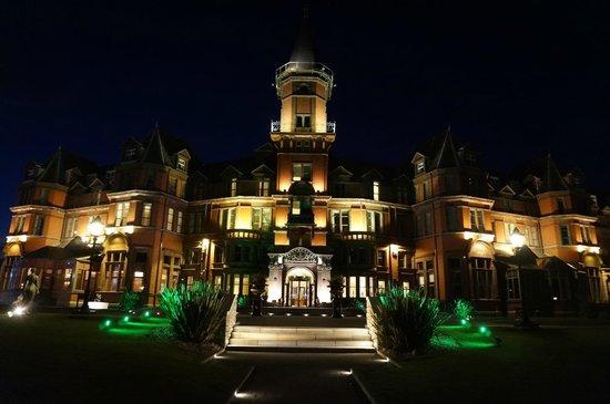 Slieve Donard Resort and Spa: Hotel at Night