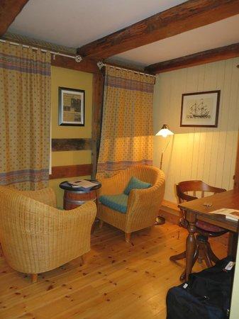 Sandtorgholmen Hotel : zithoek met mooi tafeltje = oude ton