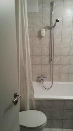 Hotel Brunner: Doccia in vasca con tendina odiosa