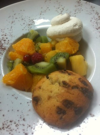 Salade de fruits frais avec cookies maison et chantilly maison picture of la cote et l 39 arete - Salade de fruit maison ...