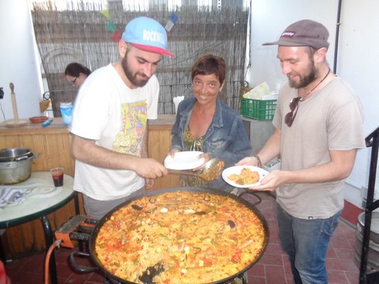 Sevilla Inn Backpackers: haciendo paella