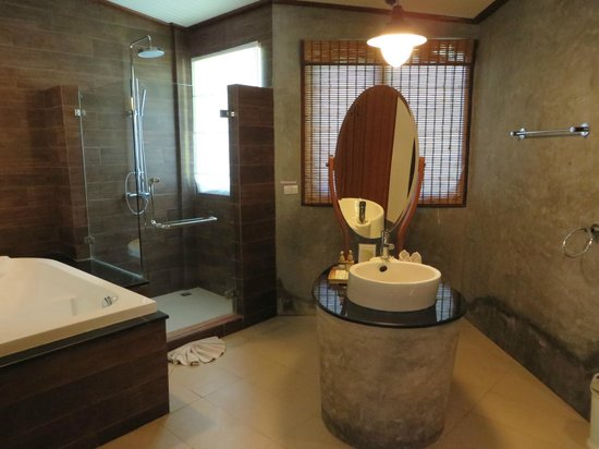 Aonang Phu Petra Resort, Krabi: Spacious bathroom with everything you need.