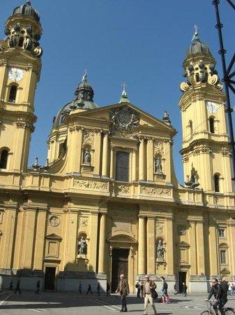Theatinerkirche St. Kajetan: Fachada principal da Igreja