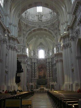 Theatinerkirche St. Kajetan: Interior da Igreja - Altar principal