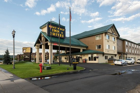 Exterior: Gray Wolf Inn and Suites