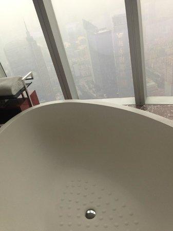 Four Seasons Hotel Guangzhou: salle de bain vue incroyable