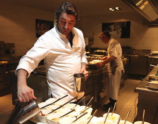 Beluga loves you : Hans van Wolde aan het werk in zijn keuken. Meesterlijk!