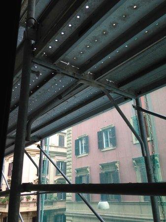 Hotel Giotto Flavia : Impossibilité d'ouvrir les fenêtres pour la poussière et la sécurité