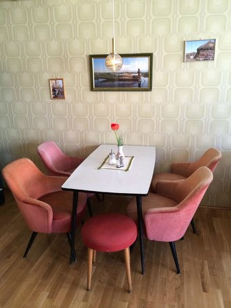 Die Wohngemeinschaft Hostel : breakfast room in the style of the 60's