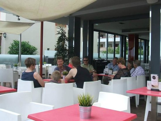 Nautic Hotel & Spa: Drinks on the terrace at the Nautic.