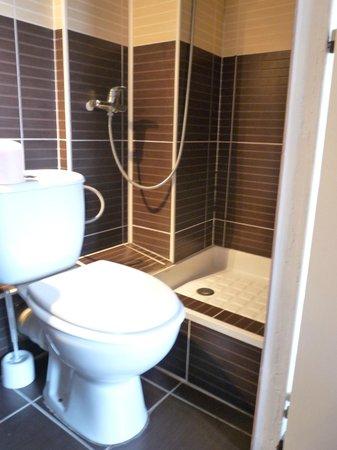 soyez souple il faut enjamber les toilettes pour se doucher picture of hotel l 39 islande le. Black Bedroom Furniture Sets. Home Design Ideas