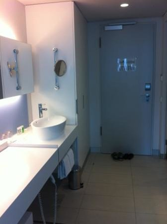 art'otel cologne : walk in/handwash basin