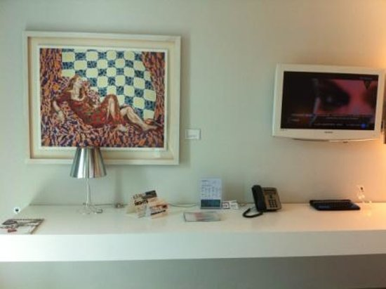 art'otel cologne : TV & work desk