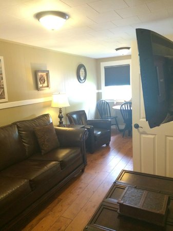 Captain's Quarters: Living/dining area
