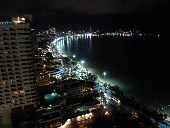 Holiday Inn Pattaya: actual view from the room, at night