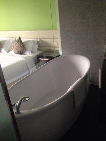Furama RiverFront : blick vom bad auf s Schlafzimmer