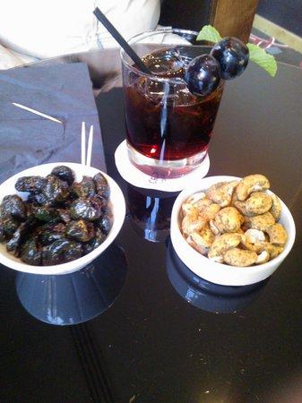 Hotel Crowne Plaza Lyon - Cité Internationale : Seasoned olives and roasted nuts