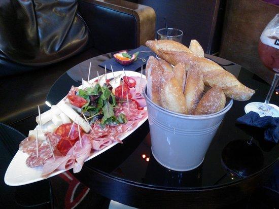 Hotel Crowne Plaza Lyon - Cite Internationale: Delicious charcuterie & cheese apero
