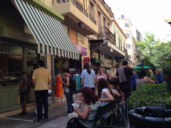 Falafellas: Line and people sitting outside eating