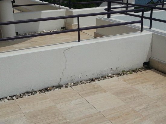 Rixos Downtown Antalya: Cracks on the Walls