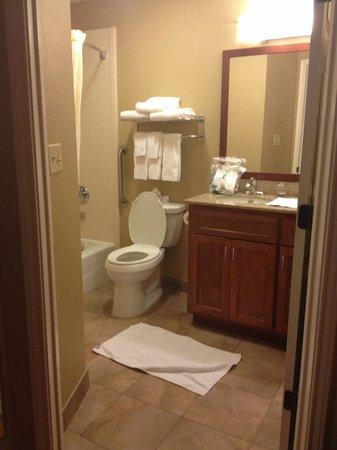 Candlewood Suites Houston IAH / Beltway 8: Bathroom