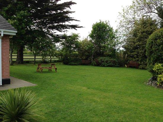 Evergreen Bed & Breakfast: Garden