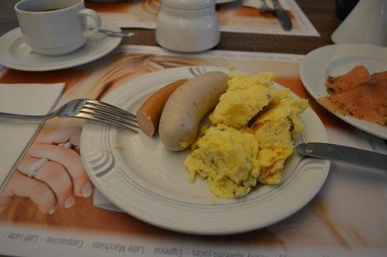 Carat Hotel & Apartments Munchen : salchichas varias y huevo revuelto