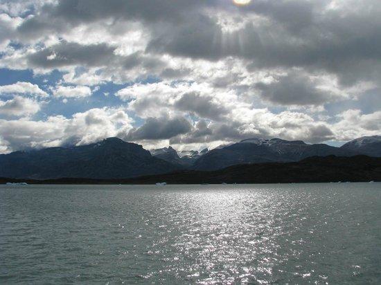 Estancia Cristina Lodge: lake crossing to get to estancia