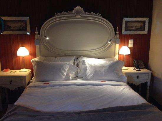 Pousada do Castelo de Obidos : Bed in building beside castle
